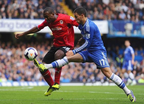 Eden Hazard (trái, Chelsea) kiểm soát bóng trước hậu vệ Cardiff City.