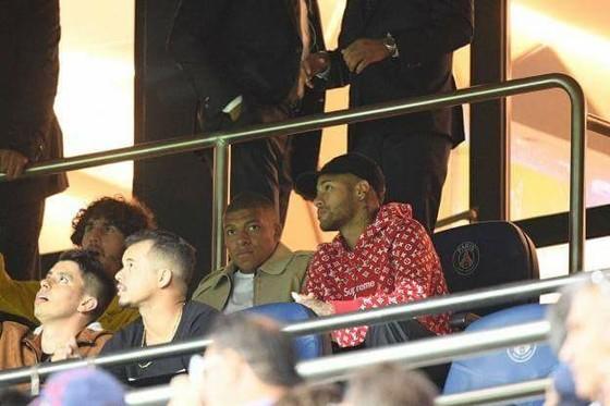 Neymar và Mbap[pe ngồi chơi trên khán đài.