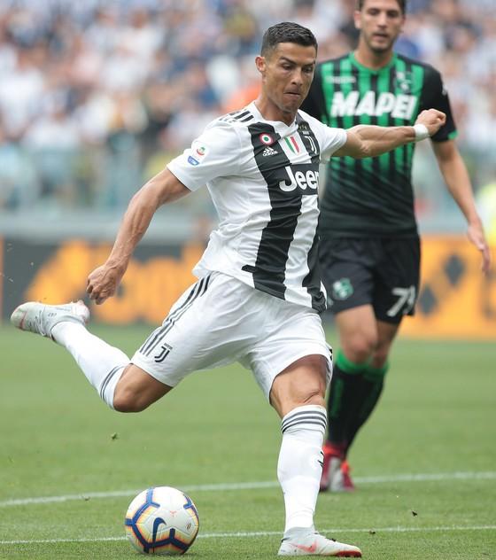 Cristiano Ronaldo ghi cú đúp giúp Juventus đánh bại Sassuolo ảnh 1
