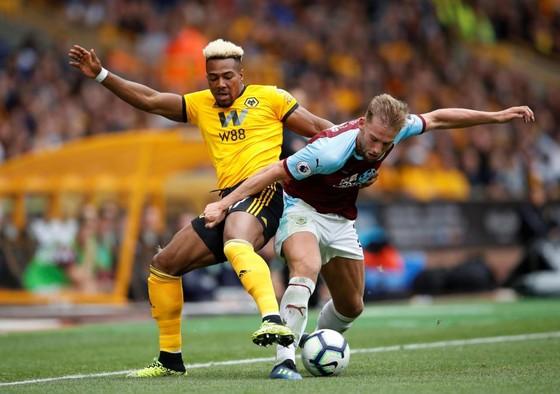 Ngôi sao Wolverhampton Wanderers, Adama Traore (trái) chạy nhanh nhất hành tinh.