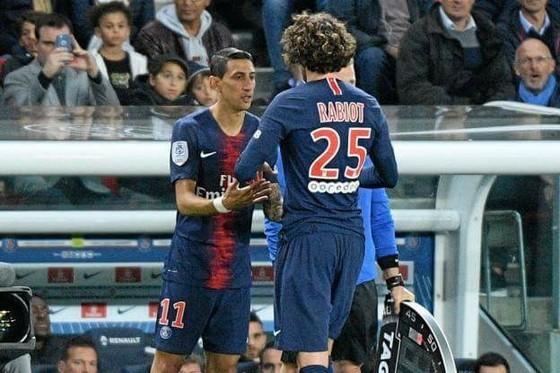 Di Maria (trái) vào sân từ băng dự bị thay Adrien Rabiot