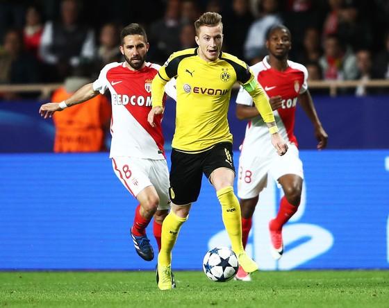 Marco Reus (giữa) sẽ quyết định chiến thắng cho Dortmund.