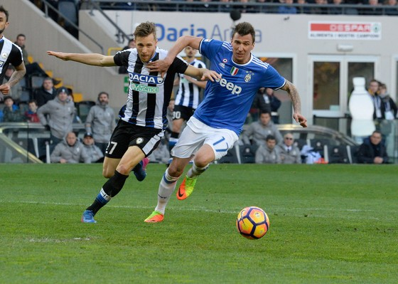 Mario Mandzukic (phải, Juventus) đi bóng qua hậu vệ Udinese.