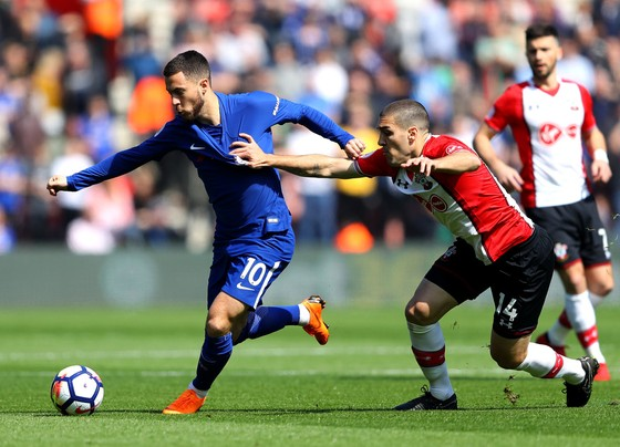 Hậu ved56 Soputhampton (phải) cản phá Eden Hazard (Chelsea)