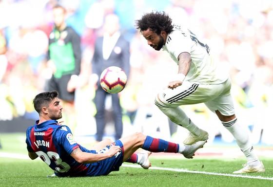 Marcelo (phải) kết thúc cơn khô hạn cho Real Madrid.
