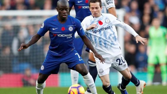 NGolo Kante (trái, Chelsea) kiểm soát bóng trước cầu thủ Everton