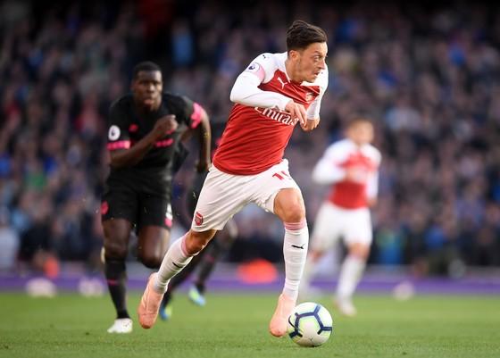 Mesut Oezil từ chối hợp đồng 1 triệu bảng/tuần để ở lại Arsenal ảnh 1