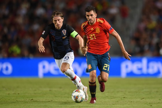 Suso Hernandez (Tây Ban Nha, phải) đi bóng qua Luka Modric (Croatia)