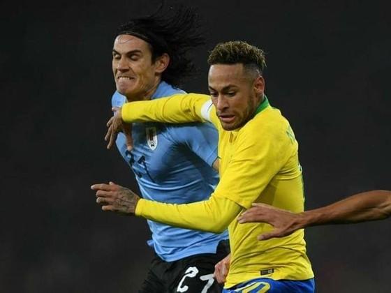 Edinson Cavani tranh bóng với Neymar