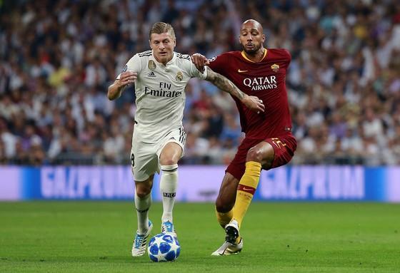 Toni Kroos (Real Madrid, trái) đi bóng trước Steven N'Zonzi (AS Roma)