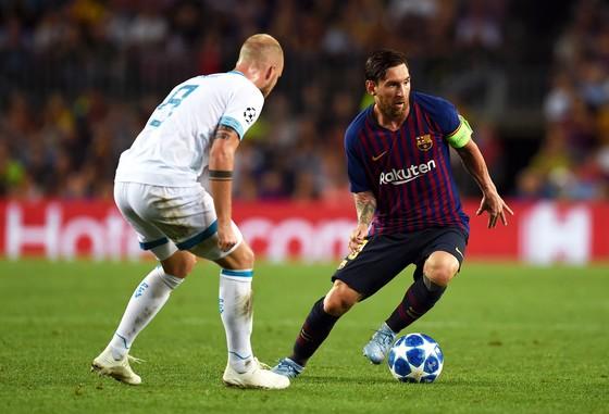 Lionle Messi đi bóng qua hậu vệ PSV.