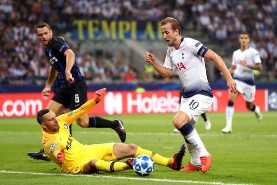 Harry Kane (phải, Tottenham) uy hiếp khung thành Samir Handanovic (Inter)