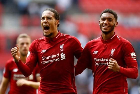 Trung vệ Van Dijk (trái) ăn mừng chiến thắng của Liverpool.