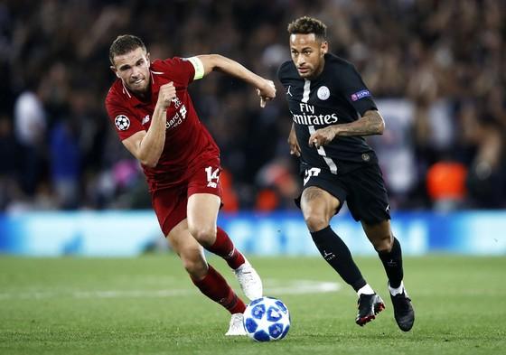 Neymar (phải, PSG) đi bóng qua tiền vệ Liverpool Henderson