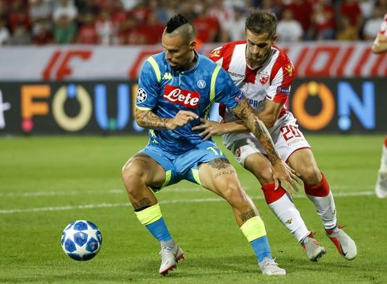 Marek Hamsik (terái, Napoli) bất lực trước tier63u xảo của Sao đỏ Belgrad
