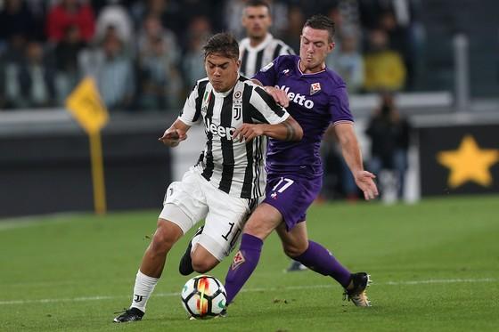 Paulo Dybala (trái, Juventus) đi bóng qua hậu vệ Fiorentina)