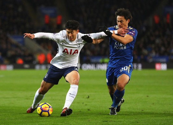 Heung-Min Son (trái, Tottenham) đi bóng qua Shinji Okazaki (Leicester City)