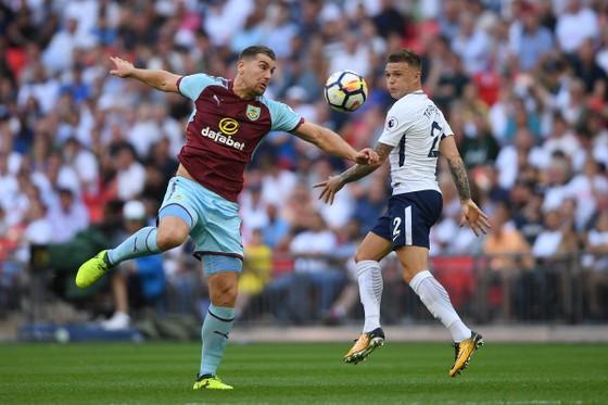 Tottenham (phải) hoàn toàn rên cơ so với Burnley.
