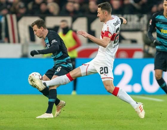 Cha của đội trưởng Stuttgart chết trên sân bóng