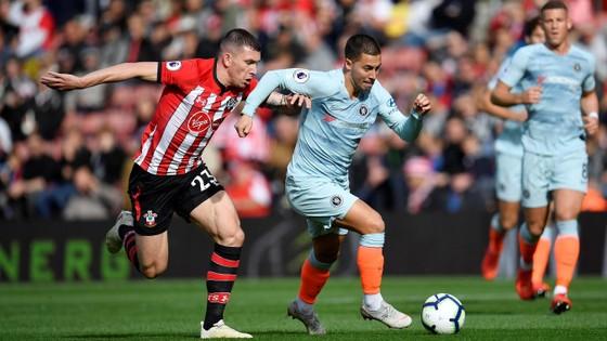 Eden Hazard (phải), đi bóng qua hậu vệ Southampton.