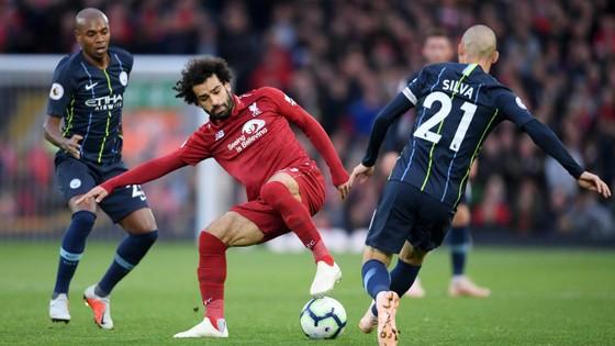 David Silva (trái Manchester City) tranh bóng với Mo Salah (Liverpool)