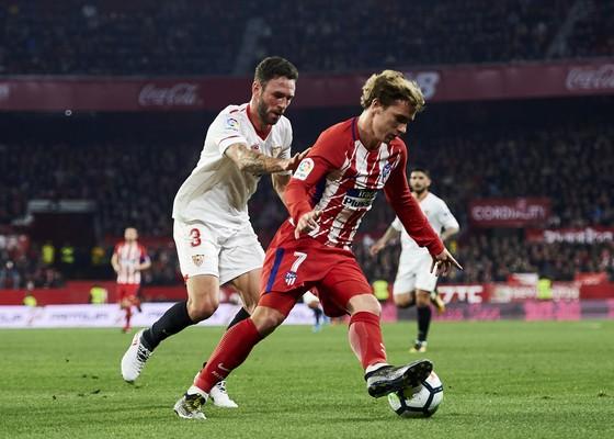 Antoine Griezmann (phải, Atletico) tranh bóng với Miguel Layun (Sevilla)