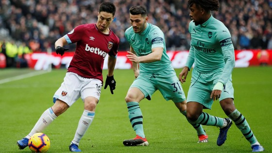 Samir Ramsey đi bóing trước hậu vệ Arsenal.