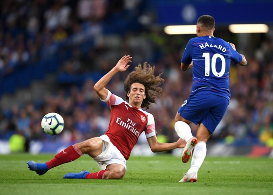 Eden Hazard (Chelsea) đi bóng qua tiền vệ Matteo Guendouzi