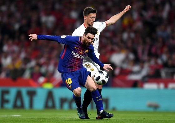 Lio Messi đi bóng qua hậu vệ Sevilla