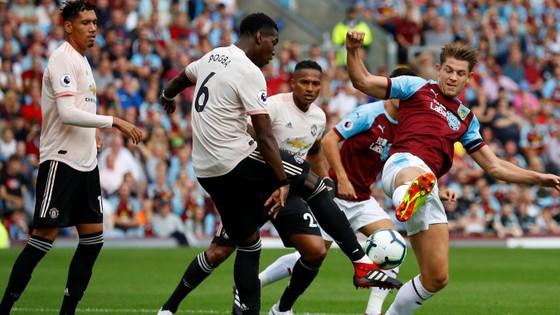 Paul Pogba sút cầu môn Burnley