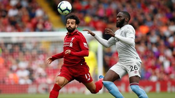 Mo Salah bứt qua hậu vệ West Ham.