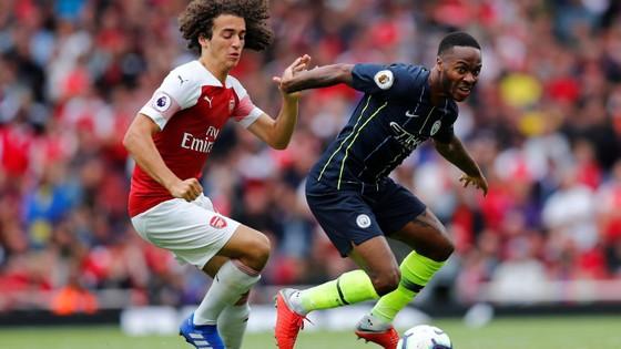 Raheem Sterling đi bóng qua hậu vệ Arsenal.