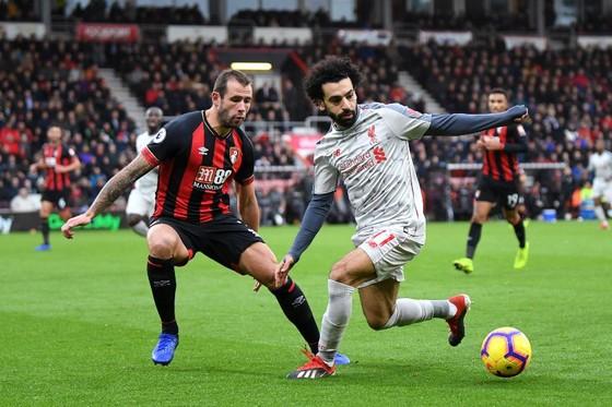Mo Salah (Liverpool, phải) nỗ lực vượt qua hậu vệ Bournemouth.