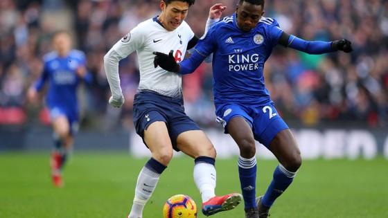 Son Heung-Min tranh bóng với hậu vệ Leicester