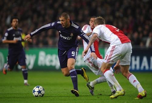 Karim Benzema đi bóng qua hàng phòng thủ Ajax