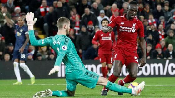 Sadio Mane (phải, Liverpool) đố\i mặt thủ thành Devid De Gea (Man United)