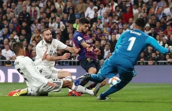 Áp lực của Luis Suarez khiến Raphael Varane đớt lưới nhà.