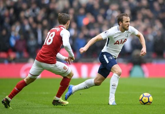 Harry Kane (phải, Tottenha) đi bóng trước Nacho Monreal (Arsenal)