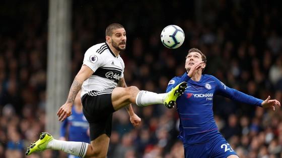 Tiến đạo Mitrovic (Fulham) tung cú sút trước khung thành Chelsea.