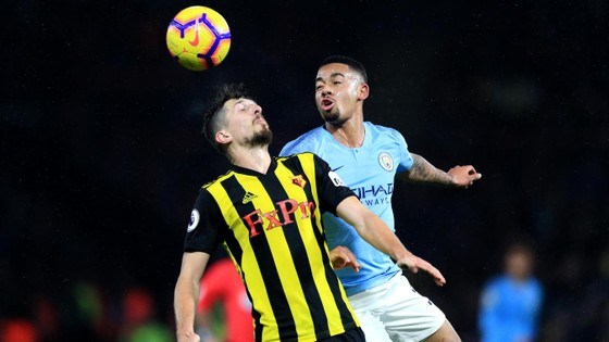 Gabrel Jesus tranh bóng với hậu vệ Watford.
