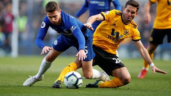 Eden Hazard  bị hậu vệ Wolves kèm chặt