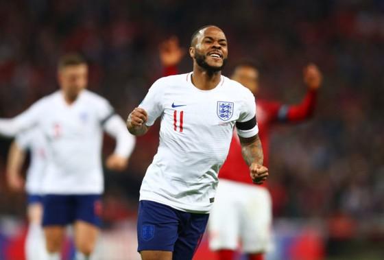 Raheem Sterling mừng bàn thắng ở tuyển Anh.