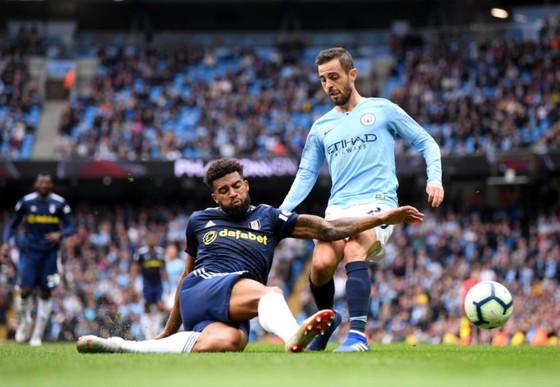 Bernardo Silva (Manchester City, phải) tranh bóng với Cyrus Christie (Fulham)