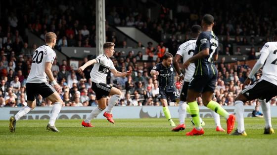 Fulham - Man City 0-2: Silva và Aguero tỏa sáng, Man Xanh chiếm lại ngôi đầu ảnh 4