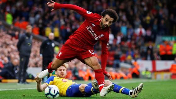 MO Sakah đi bóing qua hậu vệ Southampton.