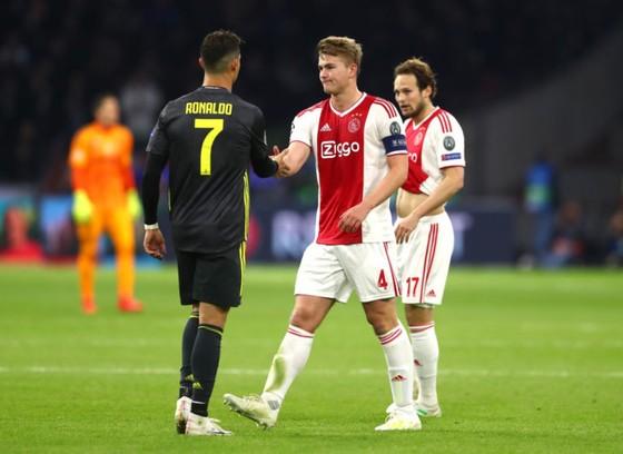 """Ronaldo là """"quái thú"""" trong khu cấm Ajax ảnh 1"""