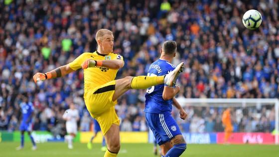 Thủ thành Joe Hart phá bóng trước tiền đạo Cardiff City