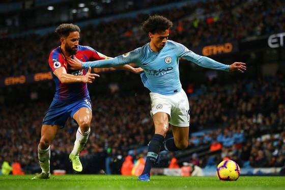 Andy Townsend (Crystal Palace) treanh bóng với Leroy Sane