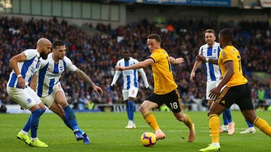 Diogo Jota đi bóng trước hàng thủ Brighton