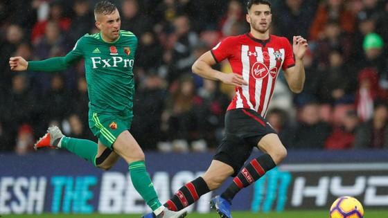 Deulofeu (trái, Watford) tranh bóng với hậu vệ Southampton.